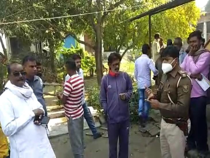 घटना के बाद मौके पर मौजूद पुलिस और स्थानीय लोग।