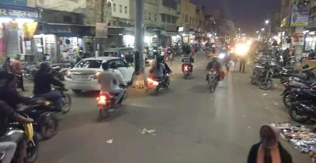 शाम छह बजे केईएम रोड पर काफी भीड़ नजर आई