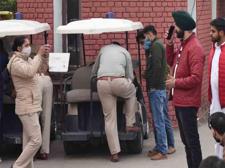 सुखना लेक पर मास्क न पहनने वालों के पुलिस ने चालान काटे। फोटो अश्विनी राणा