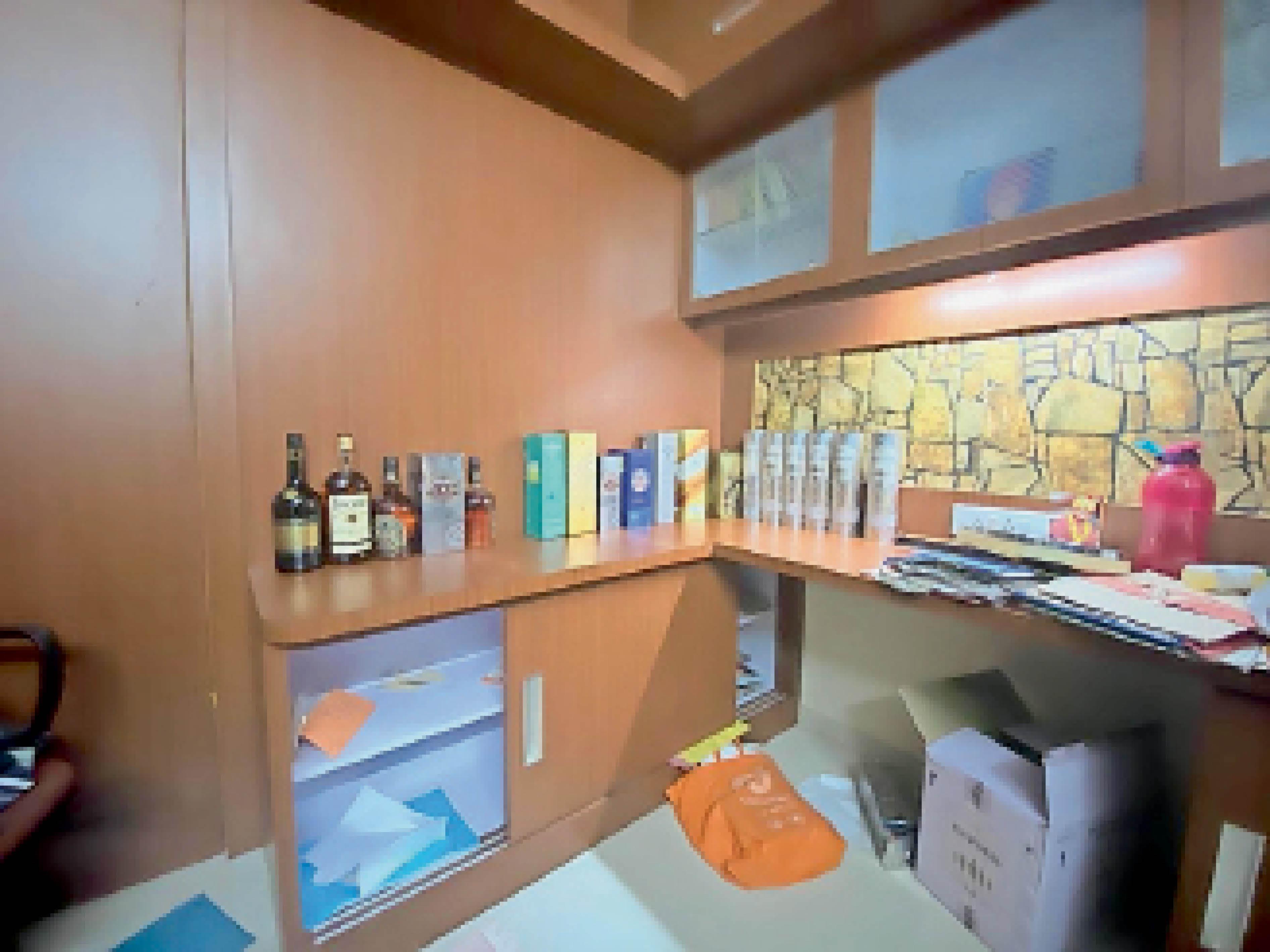शराब का भी शौकीन, जोधपुर के फ्लैट से 18 बोतलें मिलीं