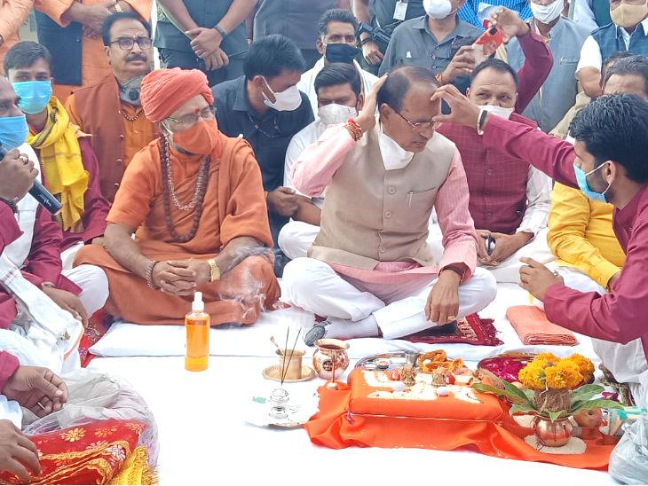 गोपाष्टमी के मौके पर मुख्यमंत्री शिवराज सिंह चौहान ने आगर के गो अभयारण्य में पूजा की।