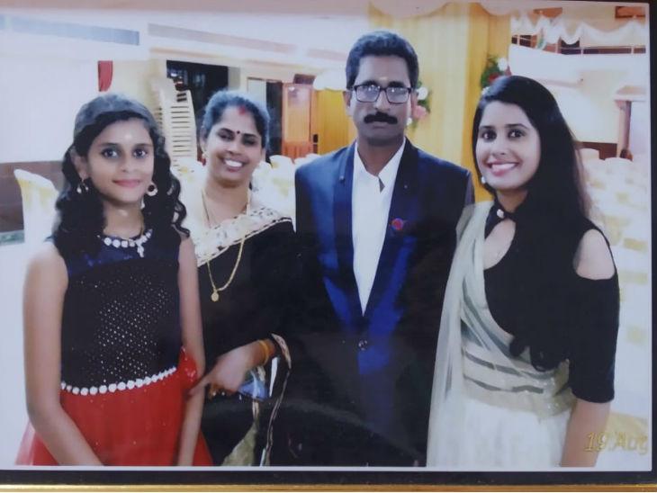 बाएं से दाएं अंजलि नायर, पापा अनिल नायर, मम्मी गीता नायर और बहन अश्विनी नायर के साथ।