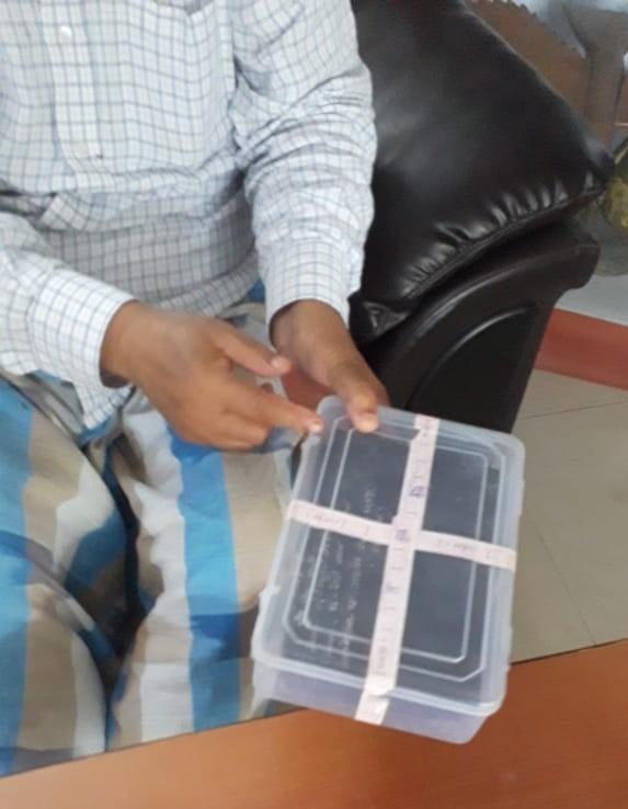 कागजात भरा हुआ डिब्बा दिखाते अब्दुल बारी सिद्दिकी।