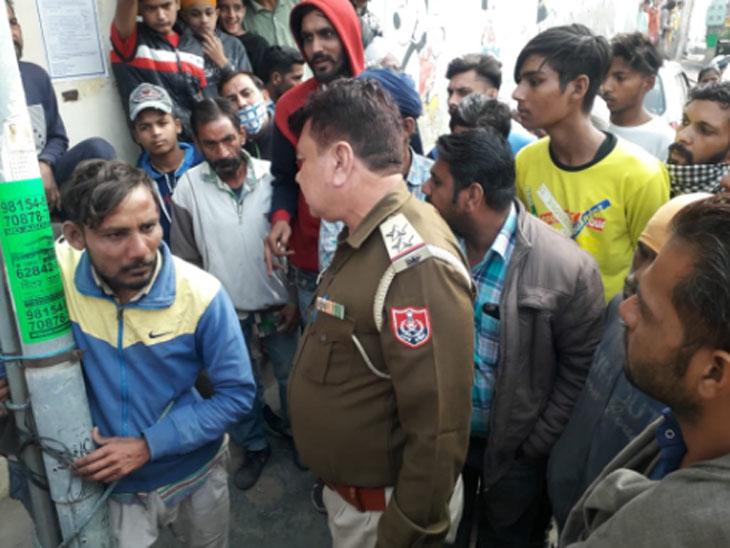 सूचना के बाद मौके पर पहुंची पुलिस टीम आरोपियों को हिरासत में लेती हुई।