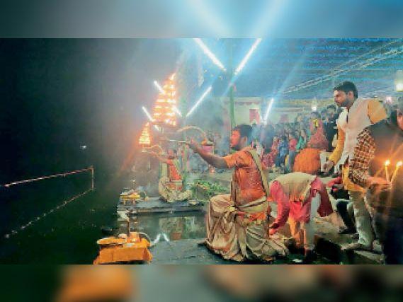 बनियापुर के गंडकी नदी तट पर महाआरती, गंगा नदी को स्वच्छ बनाने और रखने का लिया संकल्प बनियापुर,Baniyapur - Dainik Bhaskar