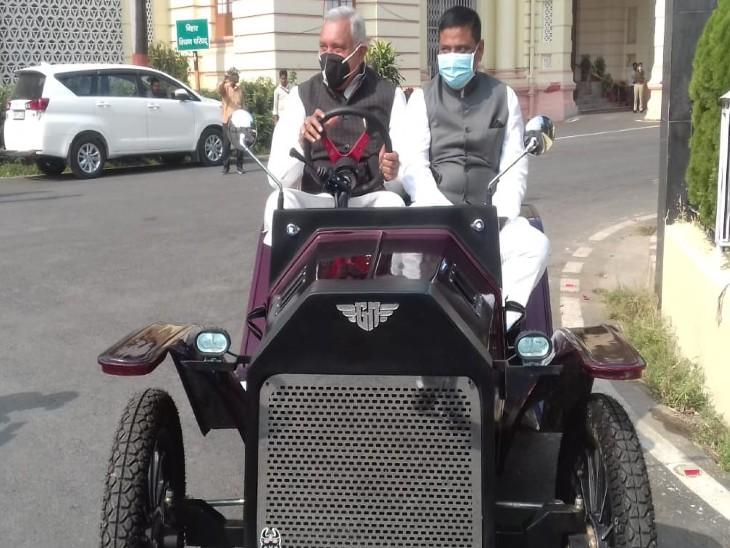 विंटेज लुक कार से पहुंचे जदयू MLC देवेश चंद्र ठाकुर और पूर्व मंत्री संजय झा।