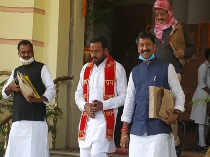 ढाका से भाजपा विधायक पवन जायसवाल राम नाम का दुपट्टा डालकर विधानसभा पहुंचे।