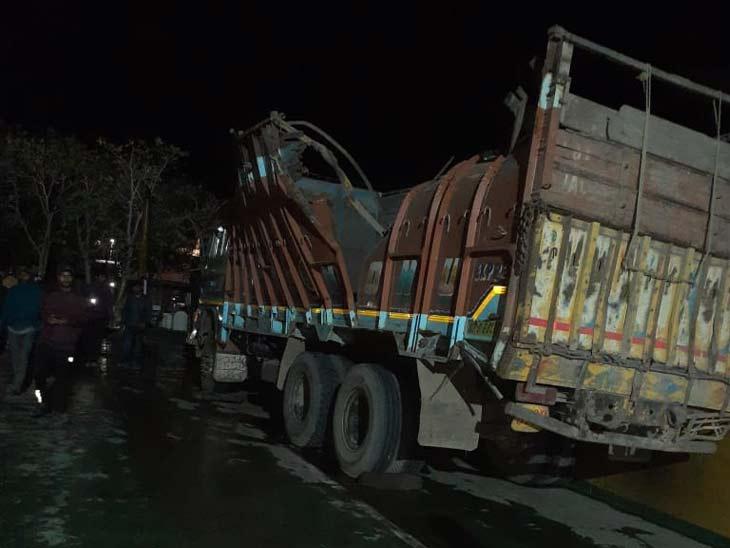जहाज के एक तरफ झुकने के बाद उस पर लोड किए गए 8 ट्रक गंगा नदी में डूब गए।