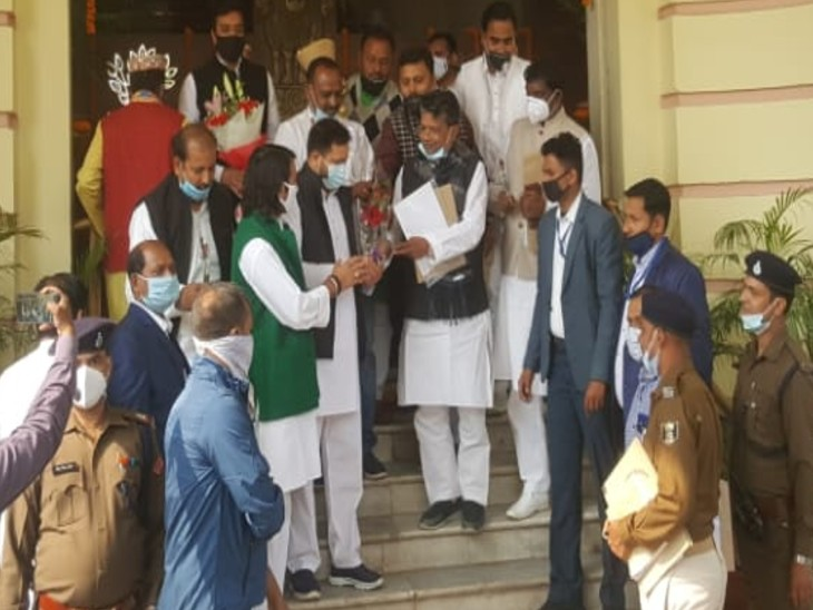 नेता प्रतिपक्ष तेजस्वी यादव विधानसभा सत्र में शामिल होने पहुंचे।