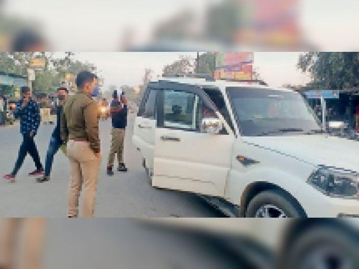 मांडल. कार से काली फिल्म उतरवाते हुए पुलिसकर्मी। - Dainik Bhaskar