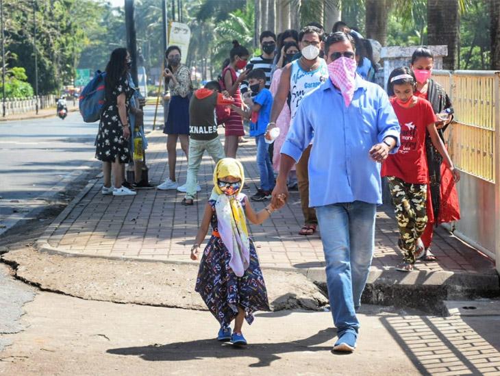 गोवा पहुंच रहे टूरिस्ट को मास्क पहनना अनिवार्य है। कई लोग रुमाल से भी मुंह ढंक रहे हैं। फोटो साभार : नारायण पिसरलेकर
