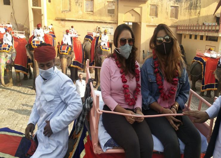 हाथी की सवारी से बैन हटने के बाद अहमदाबाद की दोनों टूरिस्ट पहली सवारी बनीं। माला पहनाकर उनका स्वागत किया गया।