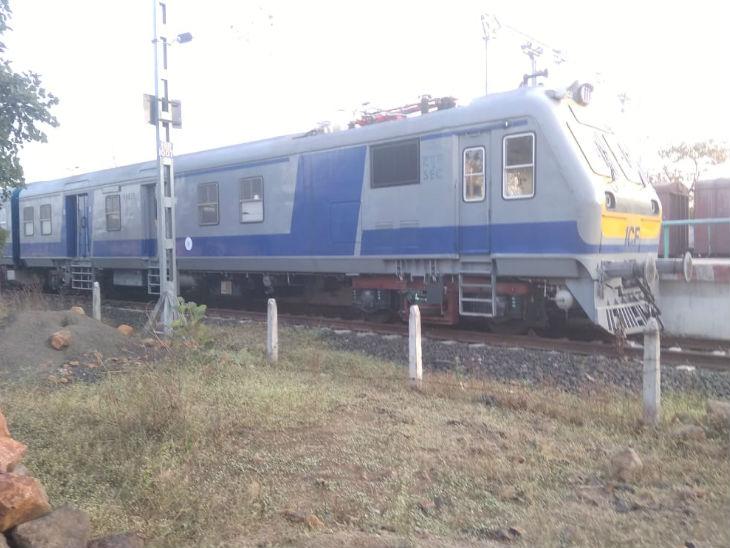 ट्रैक पर ट्रॉयल के दौरान मेमू ट्रेन का रैक