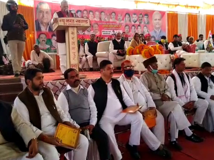 SP leaders sitting on stage and below it.