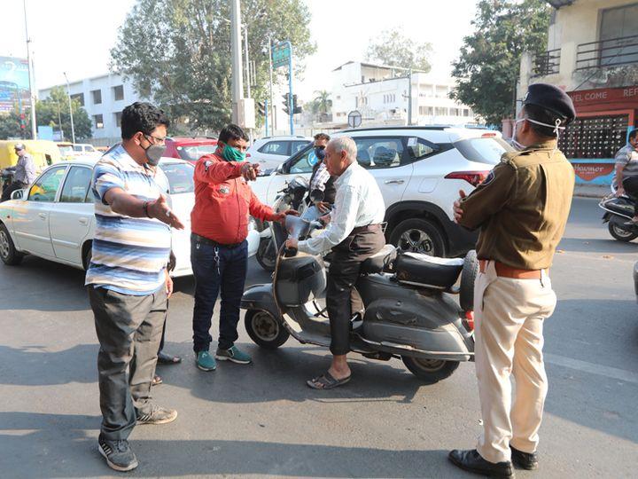 बिना मास्क के पकड़े गए 113 लोग, 4 पॉजीटिव पहुंचे अस्पताल; निगेटिव रिपोर्ट वाले 109 से वसूले गए 1.09 लाख रुपए गुजरात,Gujarat - Dainik Bhaskar