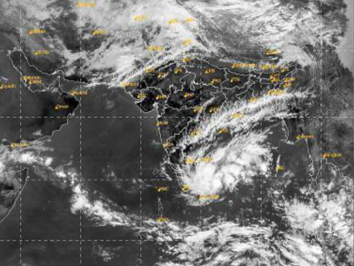 अरब सागर से उठे तूफान के असर से तमिलनाडु और पुडुचेरी में मौसम बदलना शुरू हो गया है। IMD ने कई जगह भारी बारिश की चेतावनी दी है।