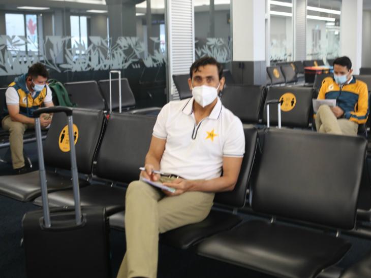एयरपोर्ट पर खिलाड़ी व स्टाफ भी मास्क पहने नजर आए।