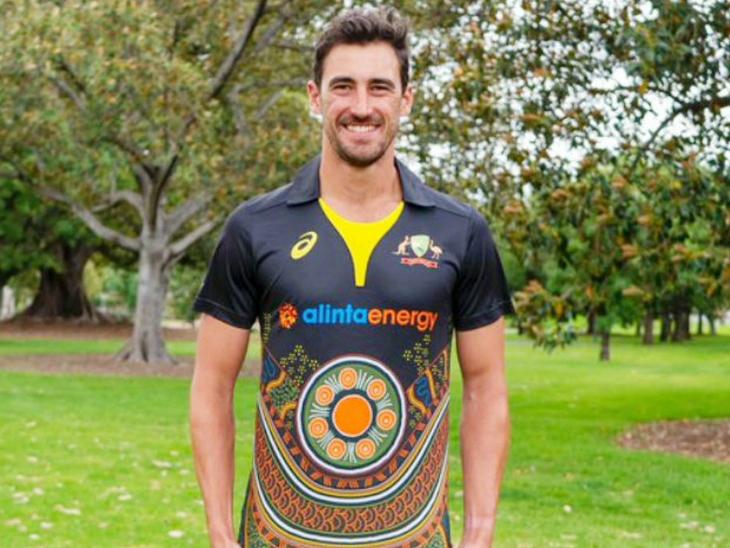 नई जर्सी में ऑस्ट्रेलियाई तेज गेंदबाज मिशेल स्टार्क। ऑस्ट्रेलिया इसे भारत के खिलाफ टी-20 सीरीज में पहनने वाली है।