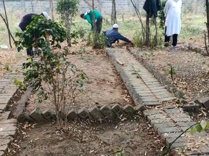 पिरामण में अहमद पटेल के लिए कब्र खोदते स्थानीय लोग।