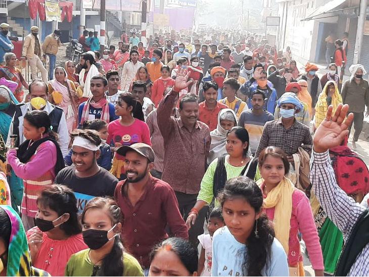 अयोध्या में संत-महंतों के अलावा स्थानीय श्रद्धालु उमड़े; बिना मास्क के हजारों लोग करते दिखे परिक्रमा, सोशल डिस्टेंसिंग भी नदारद उत्तरप्रदेश,Uttar Pradesh - Dainik Bhaskar