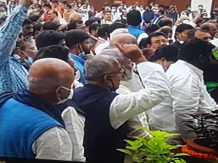 विपक्ष ने गुप्त मतदान की मांग ठुकराए जाने और सदन में नीतीश कुमार की मौजूदगी पर हंगामा किया।