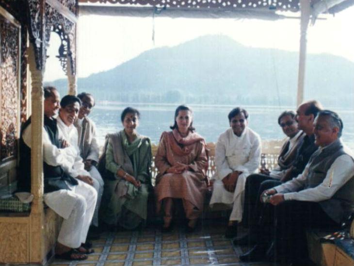 कश्मीर में शिकारे पर कांग्रेस के दिग्गज। (बाएं से)- अशोक गहलोत, कमलनाथ, दिग्विजय सिंह, अंबिका सोनी, सोनिया गांधी, अहमद पटेल, एसएम कृष्णा, गुलाम नबी आजाद।
