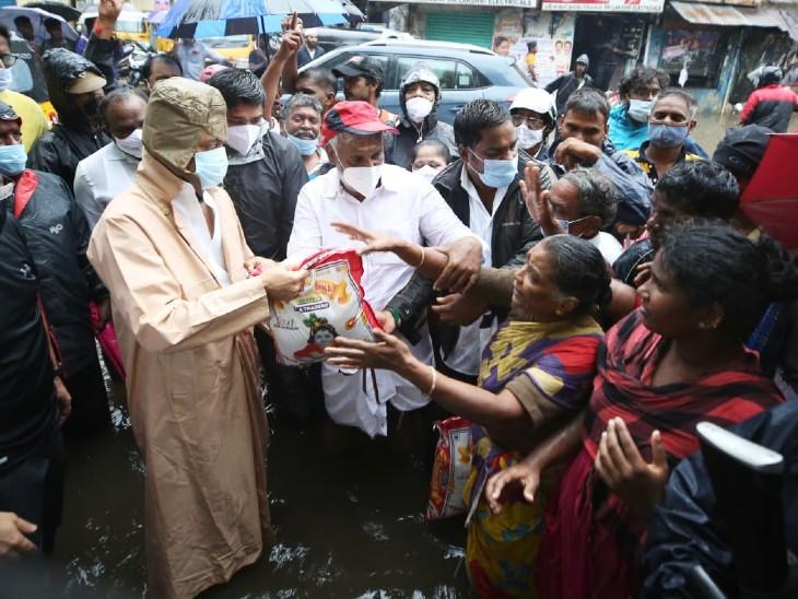 चेन्नई में DMK चीफ एम के स्टालिन ने बारिश और तेज हवाओं से हुए नुकसान का जायजा लिया और जरूरतमंदों को राहत सामग्री बांटी।