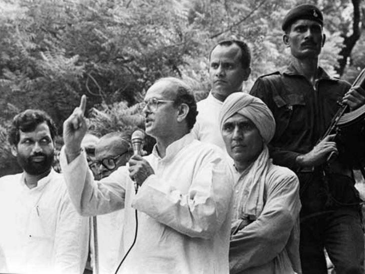 तस्वीर 7 नवंबर 1990 की है। जब वीपी सिंह की सरकार 11 महीने बाद गिर गई थी। वह सदन में विश्वास मत साबित नहीं कर पाए थे।