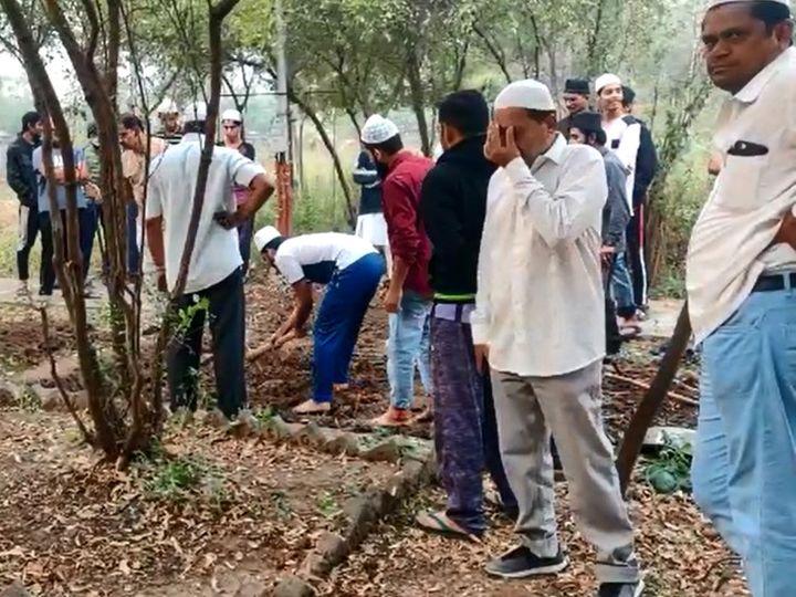 माता-पिता के कब्र के बगल में खोदी गई है अहमद पटेल की कब्र।