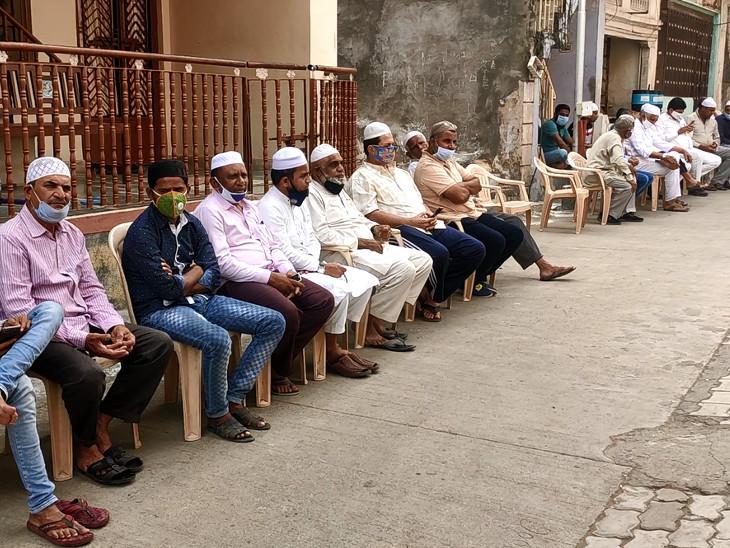 पिरामण गांव में अहमद पटेल के घर के बाहर जमा गांव के लोग।