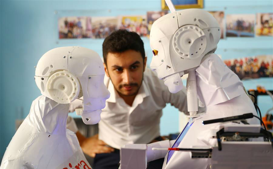 रोबोट तैयार करने वाल महमूद अल-कौमी टेस्टिंग करते हुए।