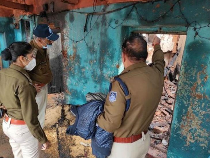 घटना की जानकारी मिलने के बाद जांच करने गांव पहुंची पुलिस टीम।