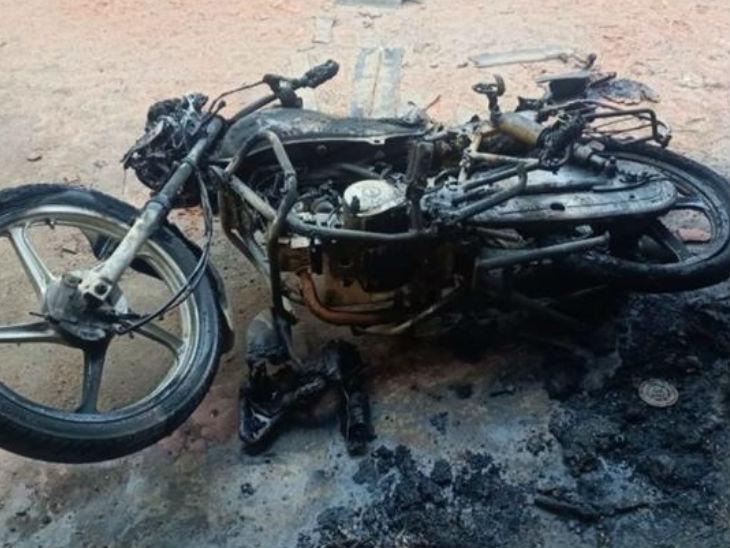 आरोपी दीपक ने घर के बाहर रखी बाइक में भी आग लगा दी थी।