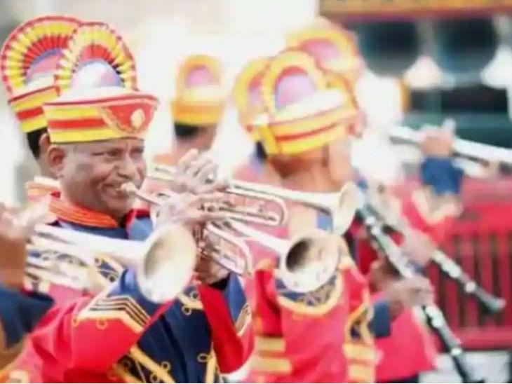 योगी सरकार ने कोरोना को लेकर नई गाइडलाइन जारी की है। सरकार ने कहा है कि शादियों में डीजे और बैंड बाजा बजाने पर प्रतिबंध नहीं है। -फाइल फोटो। - Dainik Bhaskar