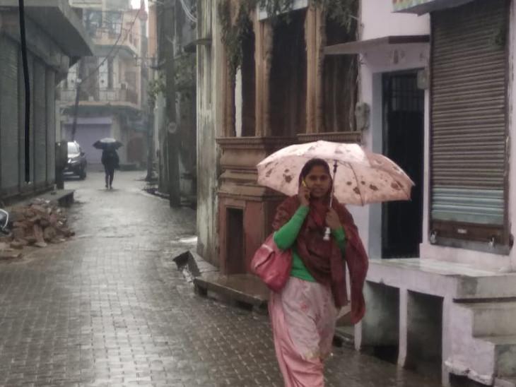सुबह अपने कार्यस्थल जाने वाले लोगों को बारिश से परेशानी भी हुई।