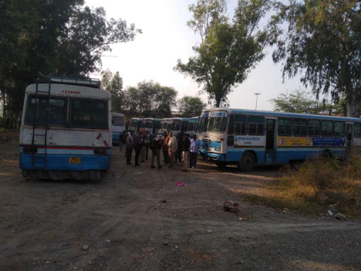 करनाल में किसानों के प्रदर्शन के चलते हरियाणा रोडवेज की बसें रोकी गईं।