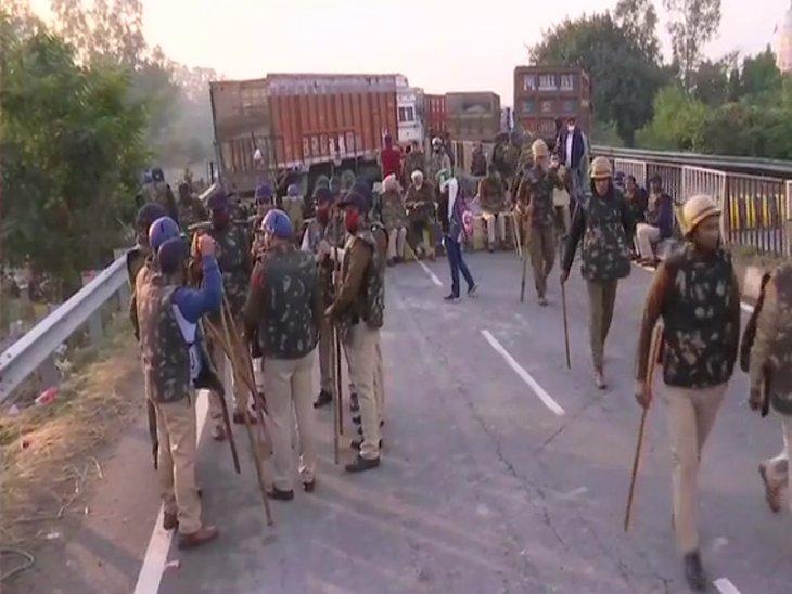 किसानों को दिल्ली की तरफ बढ़ने से रोकने के लिए पुलिस तैनात।