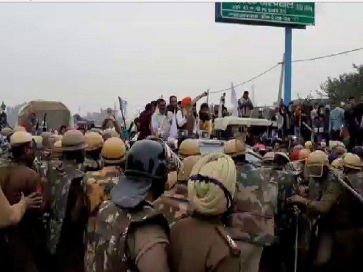 पंजाब में हाइवे पर किसानों को रोकती पुलिस।
