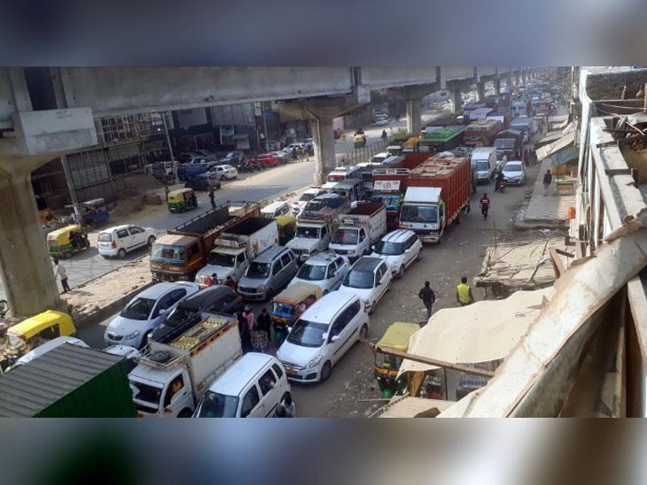 दिल्ली पुलिस और बहादुरगढ़ पुलिस के नाके दौरान टिकरी बॉर्डर पर आधा किलोमीटर लंबा जाम लगा।