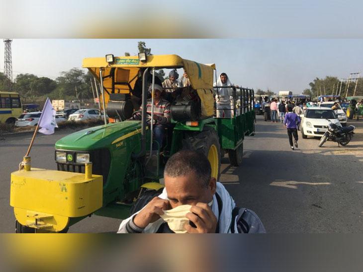 बहादुरगढ़ में पुलिस ने रास्ता रोक रखा है, इसलिए रोहतक के किसान ट्रैक्टर लेकर पानीपत पहुंच गए।
