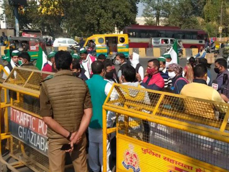 गाजियाबाद में किसान आंदोलन के चलते बैरिकेडिंग लगाकर ट्रैफिक को रोका गया।