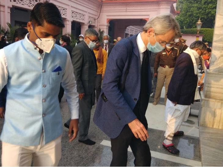 इमैनुएल लेनिन पहुंचे गोरक्षनाथ मंदिर; CM योगी की गायों काे चना-गुड़ खिलाया, गीता प्रेस ने भेंट की धार्मिक पुस्तकें|गोरखपुर,Gorakhpur - Dainik Bhaskar