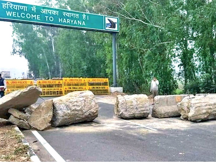 सड़क पर ऊंचे पत्थर और कंटीले तार से बैरिकेडिंग की गई है।