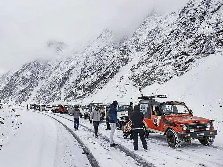 लाहौल वैली में बर्फबारी का मजा लेते पर्यटक।