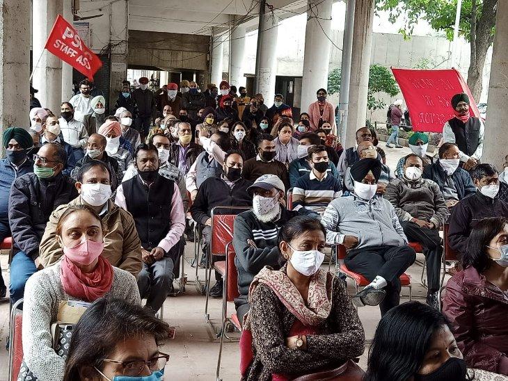 हड़ताल पर बैठे LIC के कर्मचारी।
