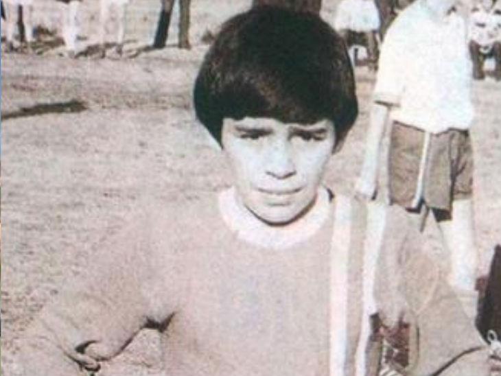 10 साल की उम्र में मैराडोना रोजा एस्ट्रेला क्लब के लिए खेलते थे।