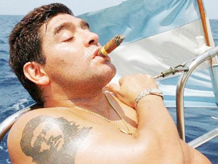 मैराडोना कास्त्रो के साथी कॉमरेड चे ग्वेरा के भी बड़े फैन थे। उन्होंने अपने बाएं हाथ पर चे ग्वेरा की टैटू भी बनवाया था।