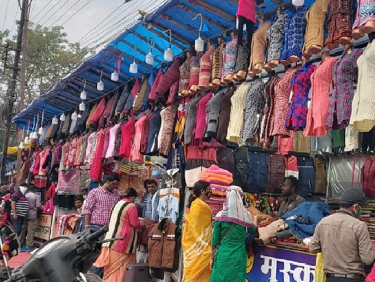रायपुर में ठंड के साथ ही गर्म कपड़ों का बाजार जगह-जगह सज गया है। मौसम में बदलाव के बाद लोगों की भीड़ भी उमड़ने लगी है।