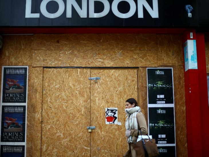 लंदन में कोरोना के बढ़ते मामलों के बीच लगी पाबंदियों की वजह से बंद शॉप।
