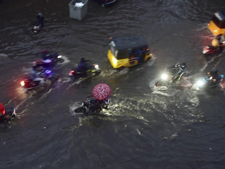 फोटो चेन्नई की है। बारिश के चलते पूरे शहर में पानी भर गया।